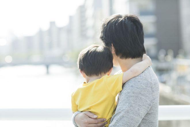 パートナーをはやくに亡くし、孤立した状況での子育て。子が成人したいま、思うことは(写真はイメージです)