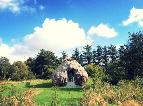 デンマークの茅葺き。レス島には屋根を海草で葺く海草葺きの家屋がある