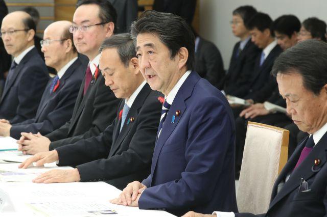 台風19号に関する関係閣僚会議であいさつする安倍首相(中央)=10月11日、首相官邸