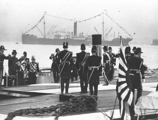1928年12月、御大礼大観艦式で、横浜港岸壁からお召し艇へ乗る昭和天皇(右手向こうむき)。
