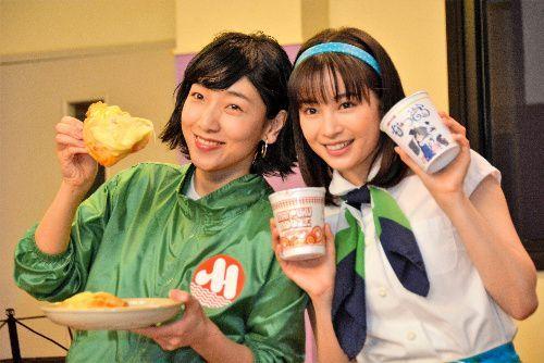 NHKの連続テレビ小説「まんぷく」のヒロイン、安藤サクラさん(左)は、劇中に登場する即席ラーメン「まんぷくヌードル」を、「なつぞら」の広瀬すずさんに贈った=2019年3月26日、東京・渋谷のNHK放送