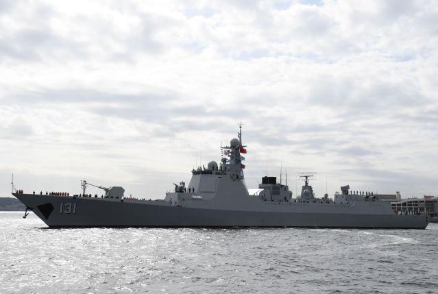 今年の観艦式に参加するため横須賀に寄港した中国海軍の最新鋭ミサイル駆逐艦「太原」=10月10日、神奈川県横須賀市、
