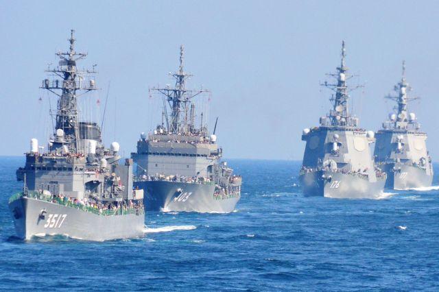 2015年10月18日、観艦式に整列して参加する海自艦艇=神奈川県沖、
