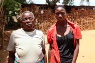 タンザニアで母親とお腹の中のきょうだいを亡くした16歳の少女(右)=あおぞら提供