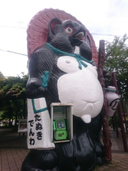 信楽駅前にあるタヌキの公衆電話ボックス