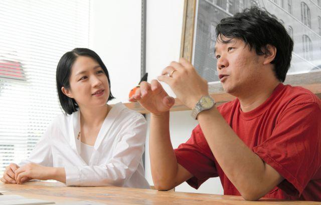 新幹線での体験を振り返る劔樹人さん(右)と妻の犬山紙子さん=西田裕樹撮影