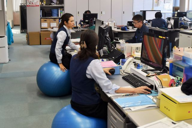 希望者は椅子をバランスボールにするなど、健康増進にも力を入れているサカタ製作所