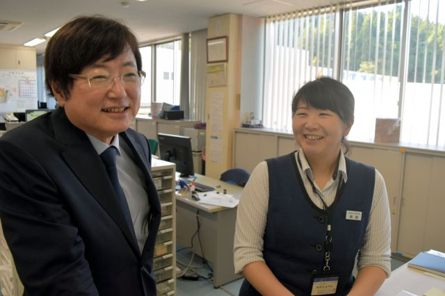 社員と談笑する坂田匠社長(左)=新潟県長岡市