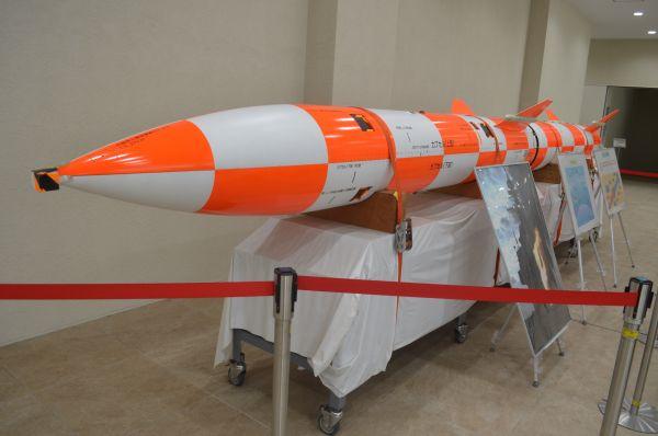 事務棟の玄関ホールに展示された、研究中の新型対潜水艦ロケット