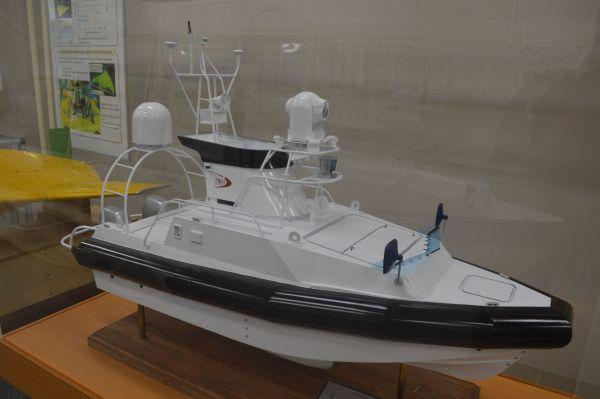 無人水上艇の模型