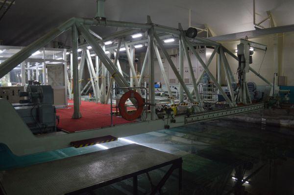 幅12.5mの「大水槽」にまたがり、艦艇の模型を動かす牽引車