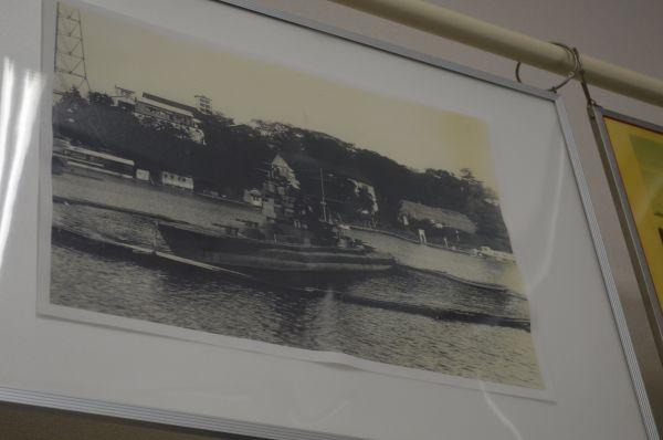 かつて敷地内にあった実験池に浮かぶ艦艇模型の写真