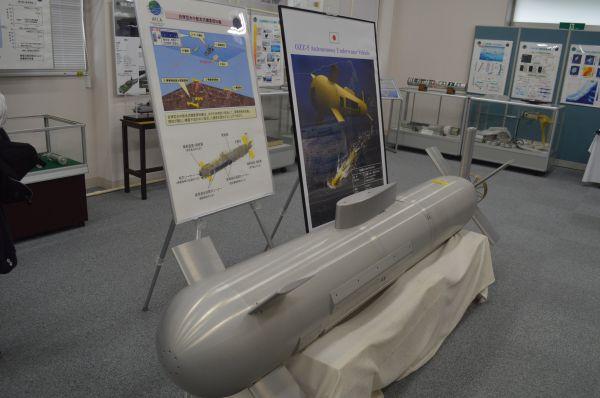 展示室中央に置かれた、研究中の「自律型水中航走式機雷探知機」