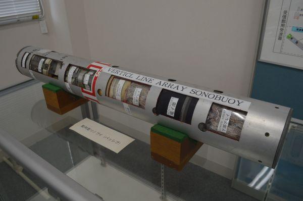 潜水艦の動きを探るため航空機から海に投下するソノブイの展示