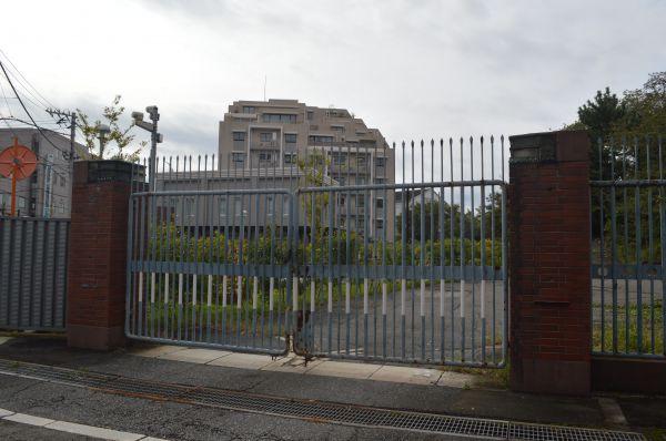 正門のすぐ隣にある、戦前の海軍技術研究所当時から最近まで使われていた旧正門