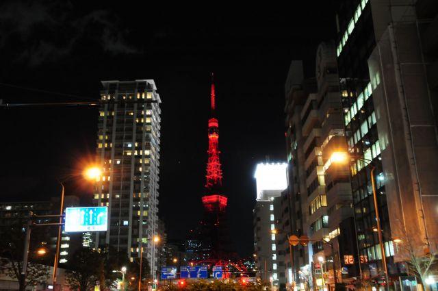 赤くライトアップされた東京タワー=2019年2月4日、東京都港区