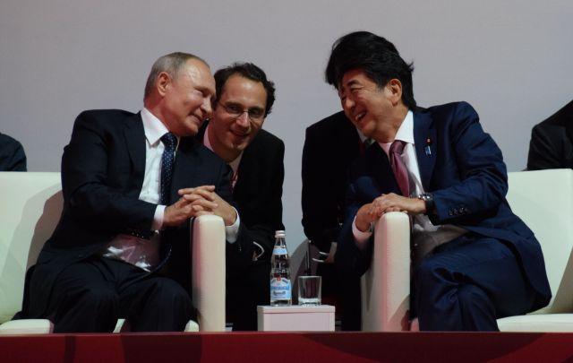 柔道大会の観戦中に談笑するプーチン大統領(左)と安倍晋三首相=2019年9月5日、ロシア・ウラジオストク、佐藤達弥撮影