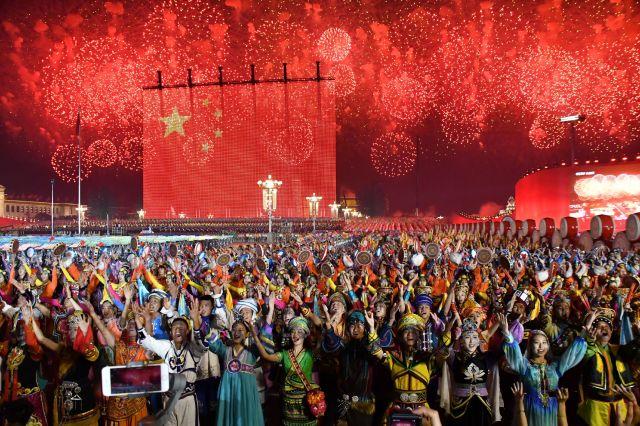 中国建国70周年を迎え、赤い花火で彩られた式典会場=2019年10月1日午後8時9分、北京、仙波理撮影