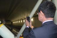 長さ247m、幅12.5m、深さ7mの「大水槽」を視察中、脇を締めて撮影する河野防衛相=10月20日午前11時ごろ、東京・中目黒にある防衛装備庁の艦艇装備研究所