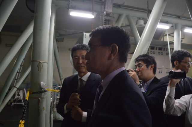 「大水槽」を視察する河野防衛相。後ですぐツイートした=10月20日午前11時ごろ、東京・中目黒にある防衛装備庁の艦艇装備研究所