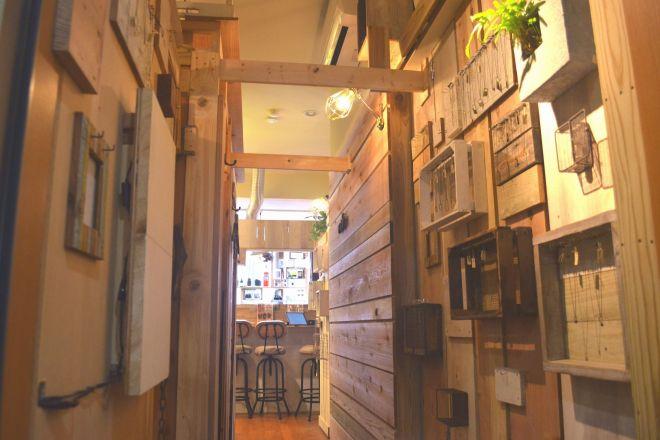 「ネガティブカフェ&バー モリオウチ」の店内