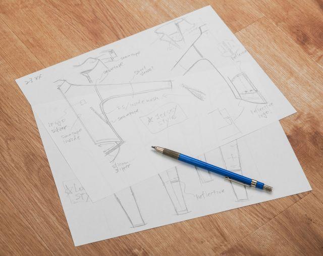 打ち合わせなどでは使用したコピー用紙の裏側を再利用する。この「裏紙」をいつも持ち歩いているという=東京都墨田区、横関一浩撮影