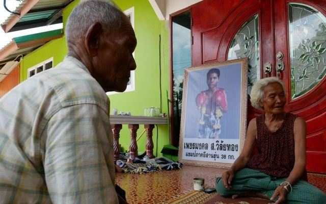 アヌチャー君が祖父母と住んでいた家。ムエタイ姿のアヌチャー君の写真が飾られていた=2019年6月、タイ東北部カラシン県