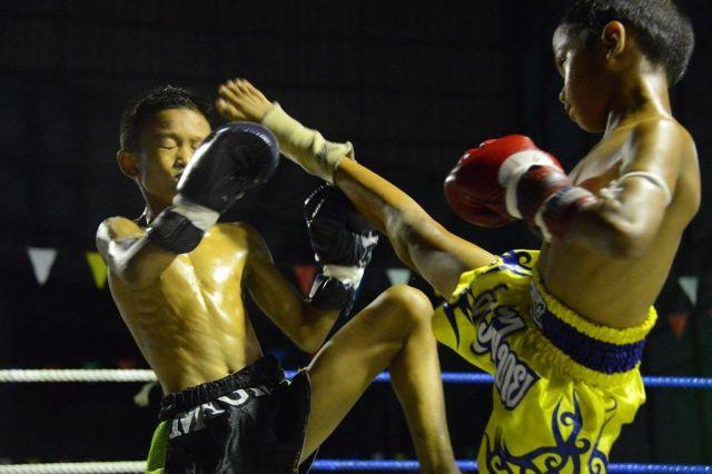 ムエタイの試合では少年らが激しい殴り合いや蹴り合いをする=2019年10月、タイ・バンパコン