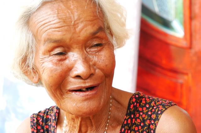 「レックは本当にやさしい子だった」と振り返る、アヌチャー君の祖母、スビンさん=2019年6月、タイ東北部カラシン県