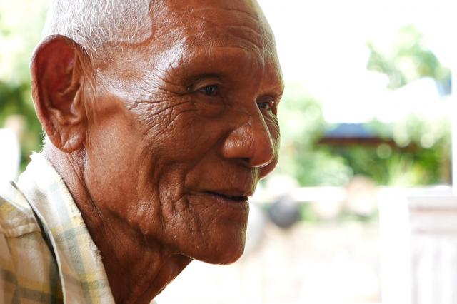 「助けてもらうばかりで何もしてやれなかったのがくやしい」と話す、アヌチャー君の祖父、ブーントンさん=2019年6月、タイ東北部カラシン県