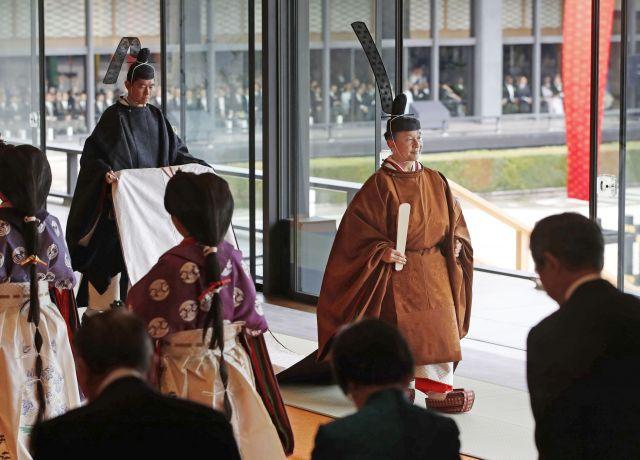 「即位礼正殿の儀」を終え、退出する天皇陛下=2019年10月22日、皇居・宮殿「松の間」、代表撮影