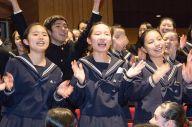 昨年の全国大会で、客席で歌と踊りを披露する坂出高校(香川)の生徒たち。今年も出場する有馬すずさん(3年)は「他の学校も一緒に歌ってくれて楽しかった」と話す=2018年10月、長野市のホクト文化ホール