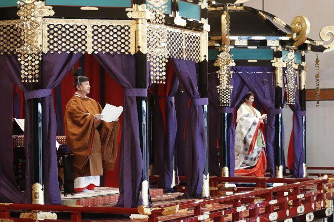 「即位礼正殿の儀」で、即位を宣言する天皇陛下。奥は皇后さま=2019年10月22日、皇居・宮殿「松の間」、代表撮影