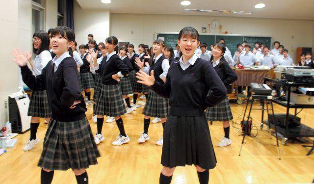「歌回し」の曲の練習をする札幌旭丘高校の生徒たち=2019年10月9日、札幌市中央区