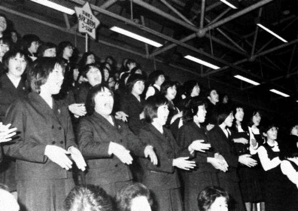 1978年に函館で行われた全日本合唱コンクールで、審査結果発表前に客席で歌を披露する生徒たち=全日本合唱連盟会報「ハーモニー」から