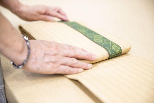 1枚1枚を手作業で畳んで作っています。