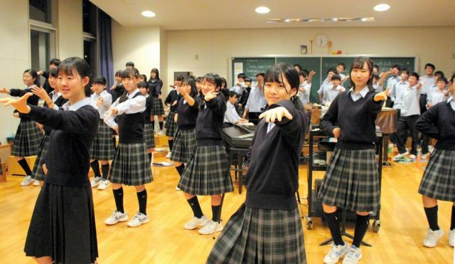 「歌回し」の曲の練習をする札幌旭丘高校の生徒たち