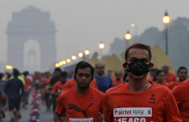 大気汚染が深刻な首都ニューデリーで、マラソン大会が開かれた