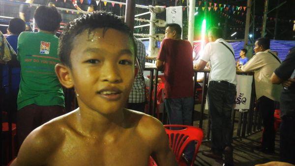 幼い少年もムエタイのリングに上がる=2019年10月、バンコク