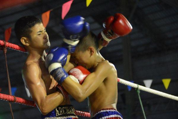 ムエタイのリングでは少年たちが激しく殴りあう=2019年10月、バンコク