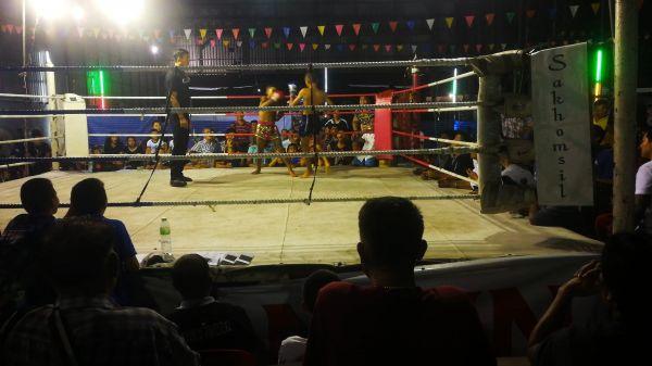 ムエタイのリングでは少年らが激しく戦う=2019年10月、バンコク