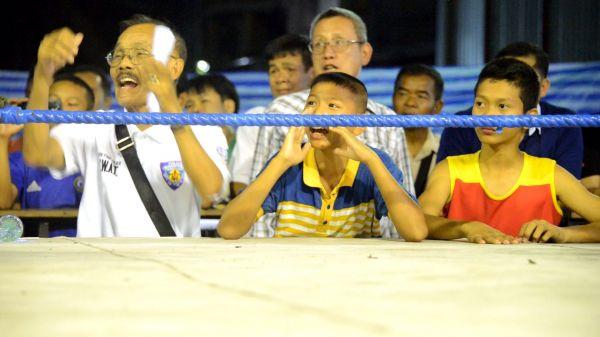 タイのムエタイでは家族らがトレーナーになって少年選手を応援する=2019年10月、バンコク