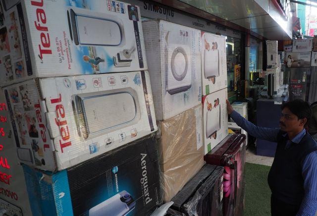 ニューデリー市内の家電量販店。冷蔵庫の上に空気清浄器が積まれていた=奈良部健撮影