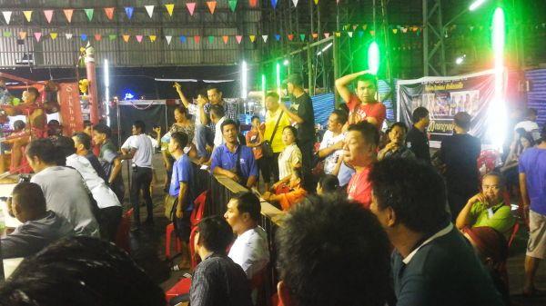 試合会場には多くの大人が大きな声援を上げる=2019年10月、バンコク