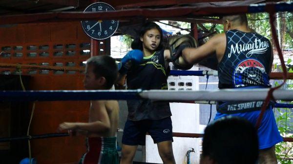 女の子もムエタイのリングに上がる=2019年7月、バンコク