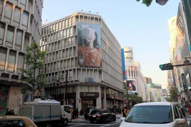 俳優の安藤サクラさんの顔にパイが投げつけられているそごう・西武の広告=2019年1月8日、東京都渋谷区の西武渋谷店