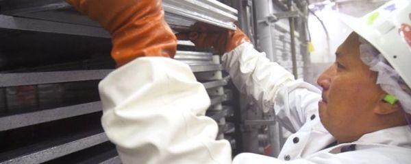 切り身を箱詰めしてブロック状に。冷凍してタイの工場へと輸送します
