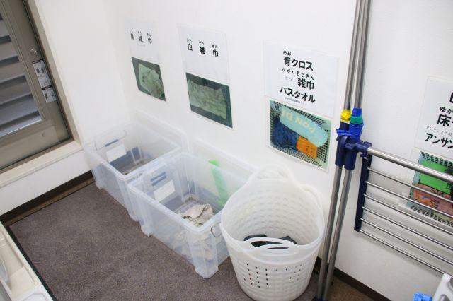 MCSハートフルの事務所には、発達障害がある人向けの工夫が満載。画像は、清掃用具のぞうきんを洗濯後、どのカゴに入れるか写真や文字で示したもの