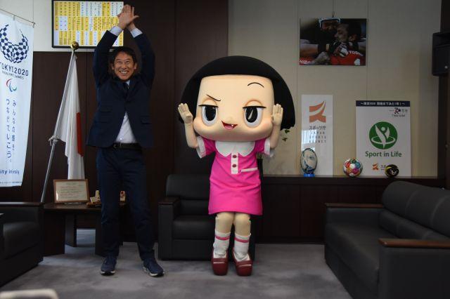 1988年ソウル五輪競泳金メダリストの鈴木長官の代名詞「バサロ」のポーズをとるチコちゃんと鈴木長官