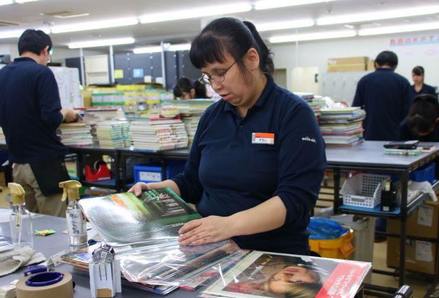 レコードを袋に入れる、ビーアシスト町田事業所のパートナースタッフ